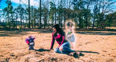 La retorcida y escalofriante historia de una madre y las fotos con el fantasma de su hija
