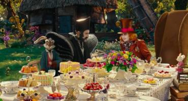 Disfruten de estos dos nuevos clips de Alice Through the Looking Glass