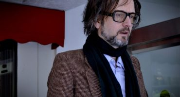 Jarvis Cocker lanza música para 'Likely Stories', la serie de Neil Gaiman