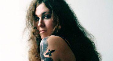 Vocalista de Against Me! quema su comprobante de nacimiento a mitad de show