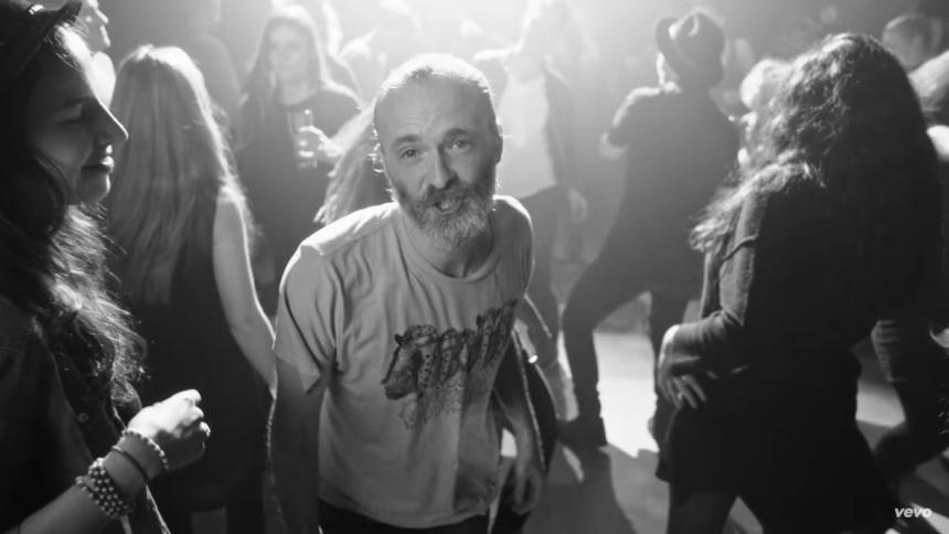 Baila en cámara lenta con el nuevo video de Travis