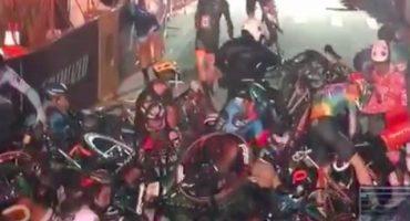 Un hombre y su moto causan un aparatoso accidente en una carrera de ciclistas
