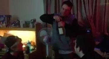 Se bebe una botella entera de Jack Daniels porque, ¿quién necesita un hígado?
