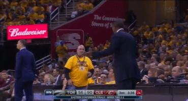 Entrenador de los Raptors discute con fan en pleno partido