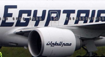 Encuentran restos humanos, equipaje y asientos del avión desaparecido de EgyptAir