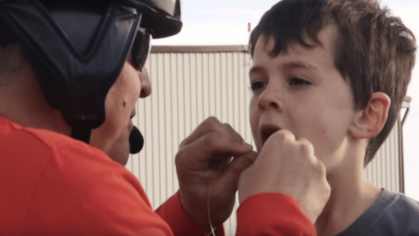 Usan helicóptero para quitarle a un niño un diente flojo