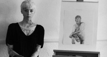 Agreden a la artista que pintó a Donald Trump desnudo