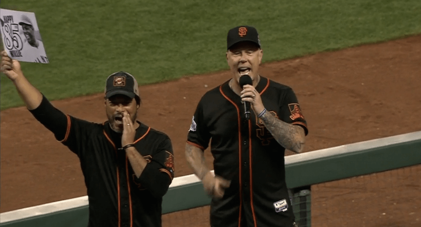 James Hetfield le canta el Happy Birthday a Willie Mays