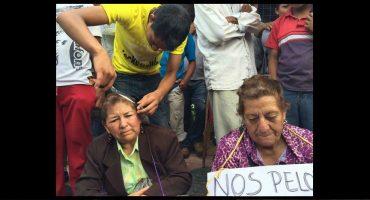 Y en la imagen del día... en Chiapas, rapan a maestros que no participan en paro