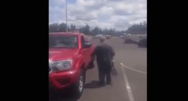 Descubren a falso mendigo subiendo a su camioneta