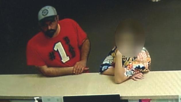 """Video: El """"Papá número uno"""" pone a su hija como escudo humano"""