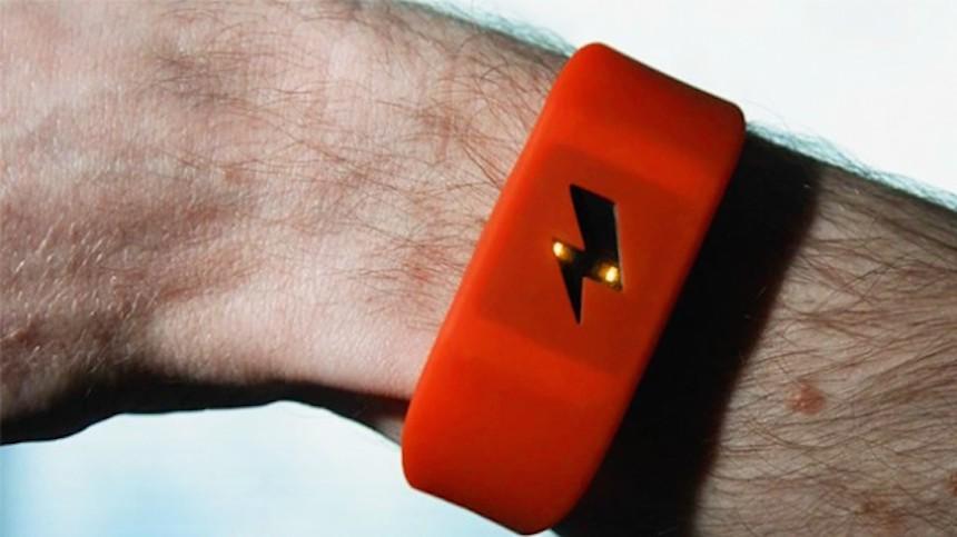 La pulsera inteligente que te da descargas eléctricas cada que gastas de más