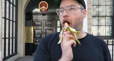 ¡Únanse!: aguerrido sujeto hace protesta erótica frente a embajada china