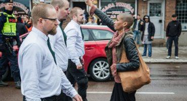 Y en la imagen del día... Mujer hace frente a grupo de neonazis