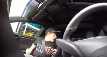 Lol, ¡vean la reacción de este niño al ser trolleado por su padre con un auto Tesla!