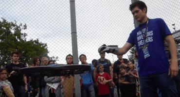 Genio modifica un Power Glove de Nintendo para controlar drones