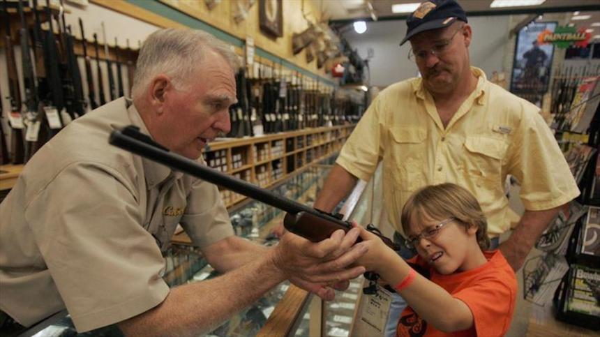 Para los menores de edad en EU es más fácil conseguir armas que chela