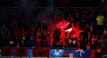 WTF! Aficionado de Albania metió una bengala al estadio oculta en el recto