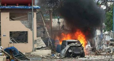 Hombres armados toman rehenes en un hotel de Somalia después de ataque con coche bomba