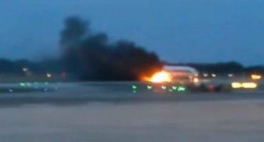 Se incendia un avión en Singapur después de un aterrizaje de emergencia