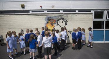 Aparece obra de Banksy en escuela primaria de Bristol