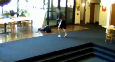 Video: Estudiante derriba a un hombre armado durante tiroteo en escuela