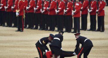 Guardia inglés se desmaya durante festejo del cumpleaños de la reina