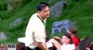 Un empleado ahuyenta a un caimán en un juego de Disney