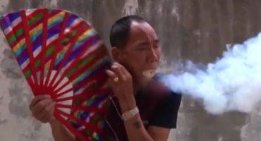 WTF!? ¡Maestro de Kung Fu genera aliento de fuego poniendo serrín en su boca!
