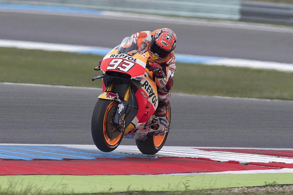 Marc Márquez derrapa su moto, ¡y toma prestada la de un camarógrafo!