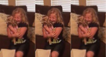 La conmovedora reacción de esta niña al recibir una muñeca con pierna prostética
