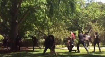 California: Manifestación neonazi termina en batalla campal; 6 apuñalados