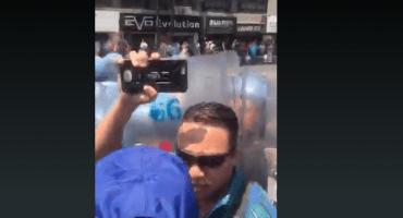 Policía agrede a reportera durante manifestación de la CNTE