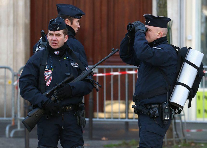 Ataques en Francia: explota carta bomba en FMI y joven dispara en escuela