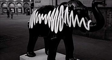 Arctic Monkeys dan a conocer su escultura de elefante para la caridad