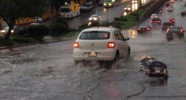 Y en la imagen del día... el ataúd que la lluvia trajo a las calles de la CDMX