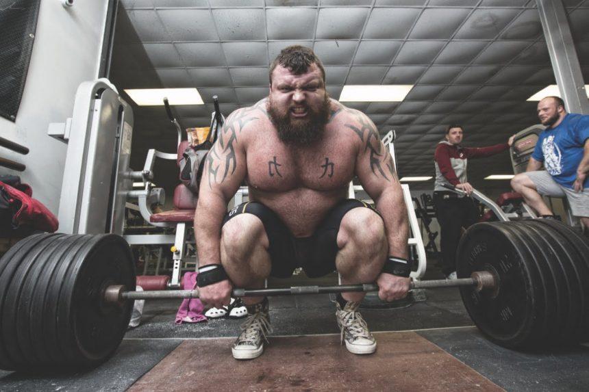 Por levantar 500 kilos le explotan venas en la cabeza
