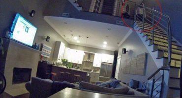 El espeluznante video de un ladrón mirando a una pareja dormir