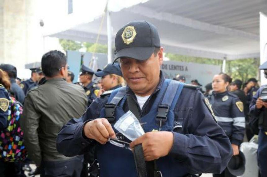 ¡Para verte mejor! Entregan más de 500 juegos de lentes a policías capitalinos