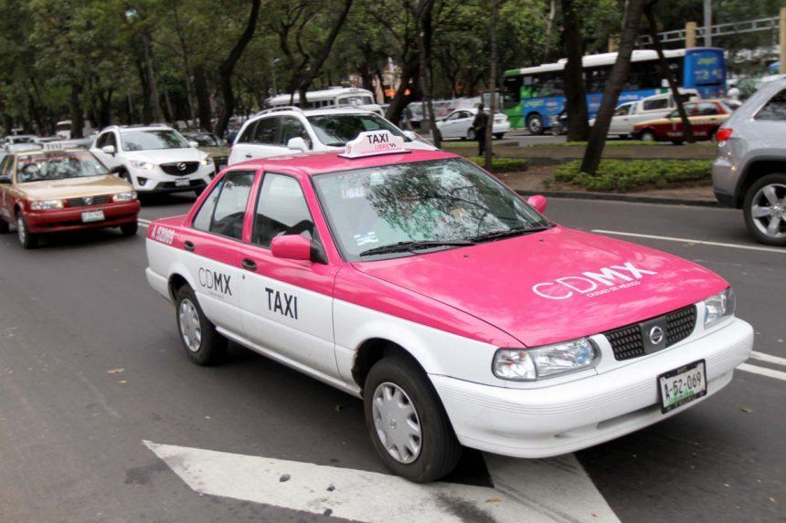 ¡El cochinote! Taxista se masturba viendo mujeres en plena calle