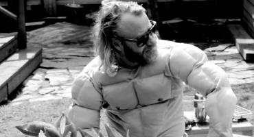 """Entra al inconcebible mundo de EL VY en su nuevo video para """"Sleepin' Light"""""""
