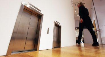 ¿Quién dijo miedo? ¡Hombre cae 30 pisos en un elevador!