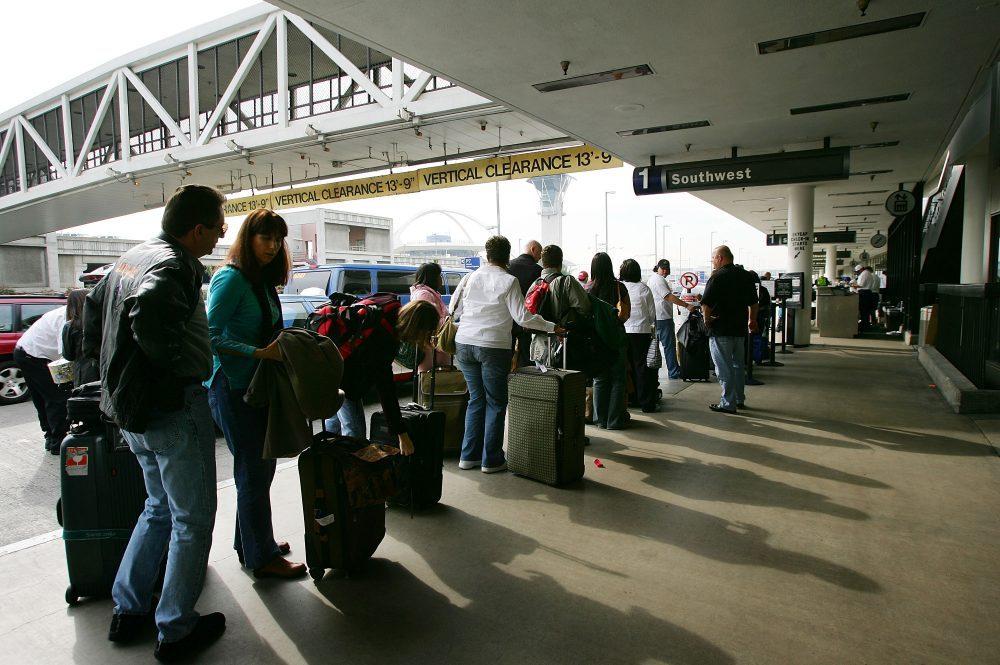 Pánico en aeropuerto de Los Ángeles por alerta de tiroteo
