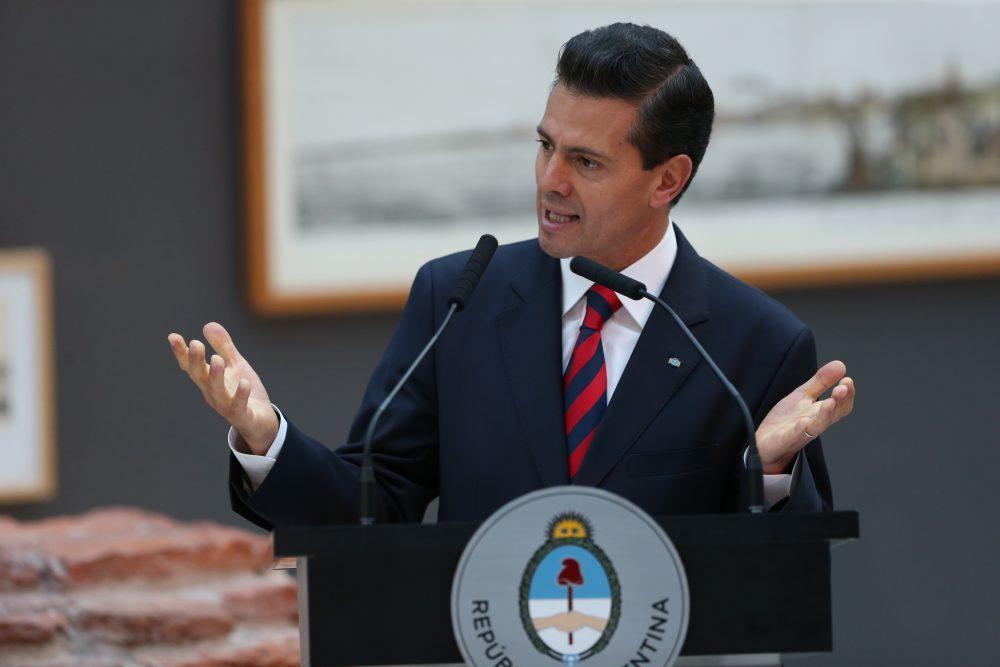 Alumnos de la UP piden quitar el título a Peña Nieto