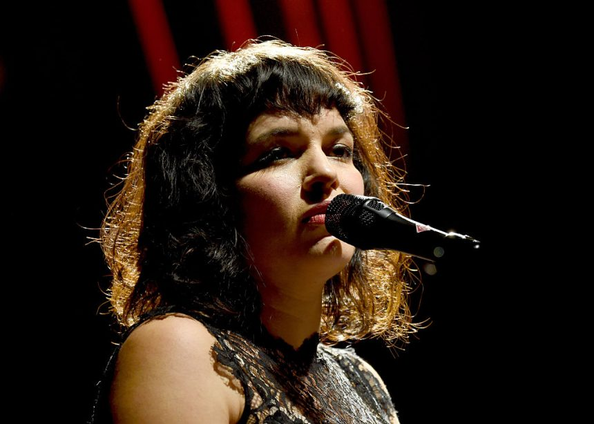 "Norah Jones publica video para su nuevo sencillo ""Carry On"""
