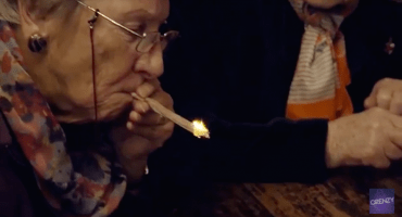 Mira a estas abuelitas fumar mariguana por primera vez