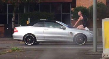 Este hombre se enojó tanto que agarró a cabezazos un Mercedes Benz