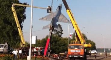 Quieren trasladar un viejo avión histórico... terminan destruyéndolo