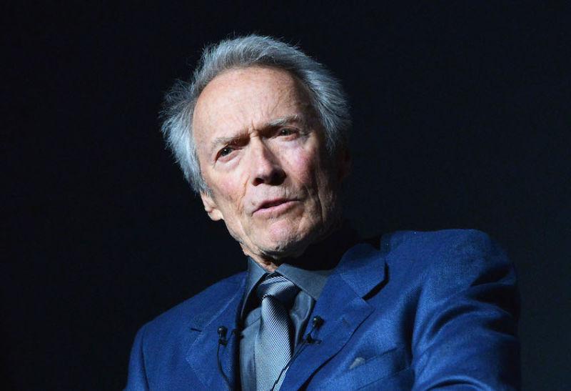 ¿Qué pasa con Clint Eastwood? ¡Está defendiendo comentarios racistas de Trump!