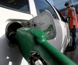 coche cargando gasolina